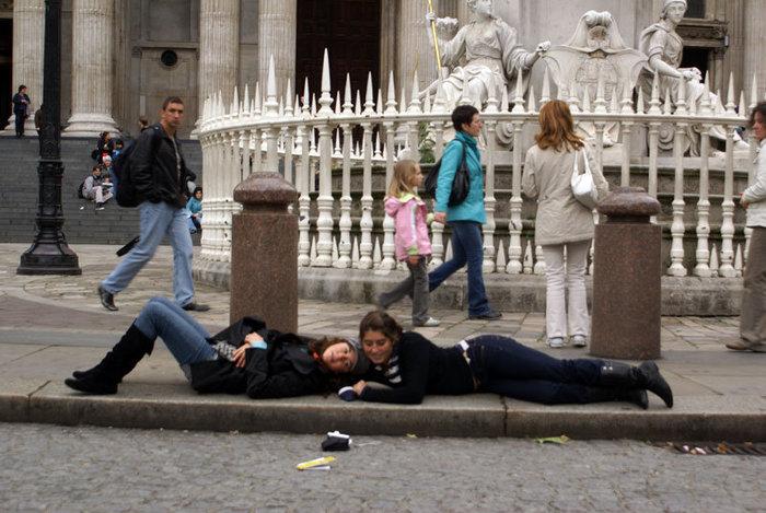 Туристки у входа в собор Святого Павла
