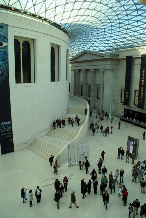 Посетители Британского музея, вход — бесплатный всегда и для всех, фото и видео разрешены