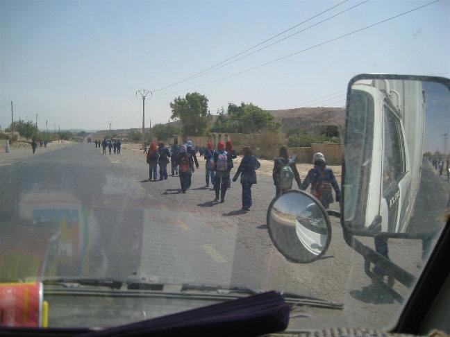 Дети спешат из школы домой