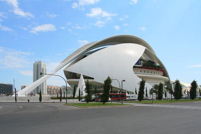 Музей искусств королевы Софии. К сожалению был закрыт.Это перо над крышей держится только на одном конце — нереальное сооружение.