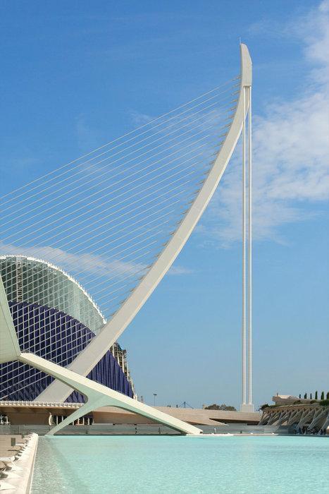 Невероятной красоты вантовый мост.