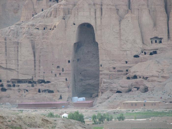 Ниша от Большой  статуи, дырки в скале это пещеры.