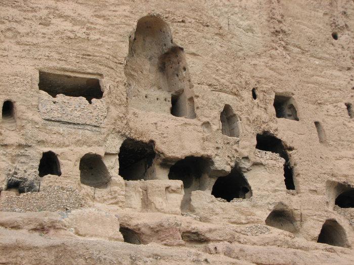 Дыры-пещеры.