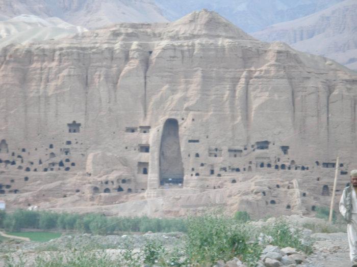 Вид на пещеры и статуи Будды.