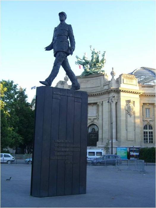 Памятник известному человеку