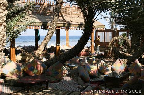 обычная дахабская кафешка — подушки и тень пальм :)