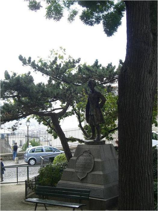 Памятник среди деревьев