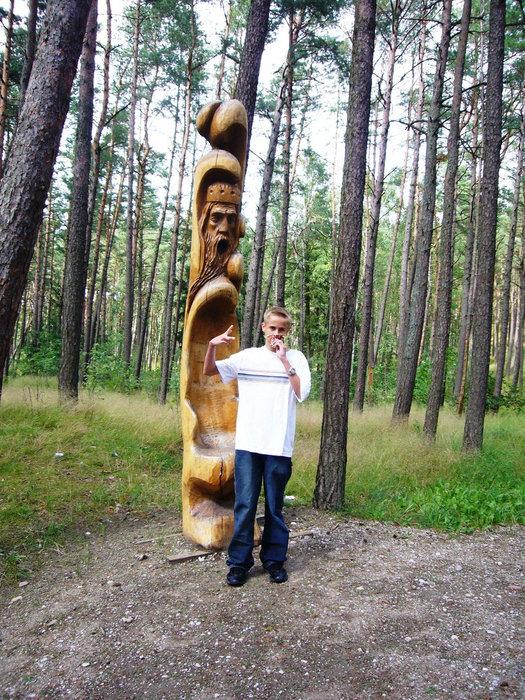 Дорога к пляжу украшена резными деревянными скульптурами.