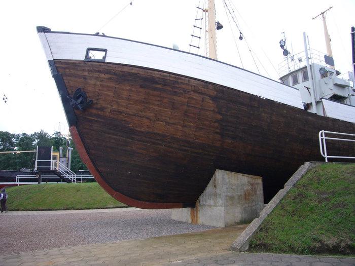 Старый рыболовецкий деревянный бот — по пути в Морской музей.