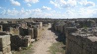 Я пошел гулять по Угариту. Сначала видны улицы древнего города, и чем дальше я шел, тем запущенней становилось вокруг...