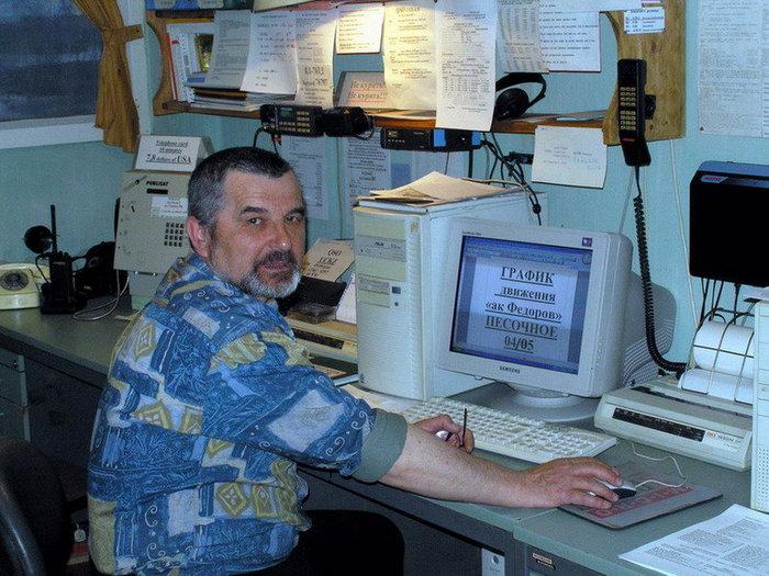 Радиоинженер Владимир Соколов на своем рабочем месте