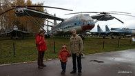 Пожалуй, самым мощным экспонатом, который покорил умы и сердца всех наших троих мужчин, стал тяжелый транспортный вертолет В-12. Поразил он, прежде всего, своими размерами — для масштаба вся честна компания стоит на его фоне.