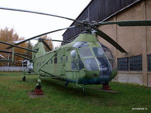 А это — тяжелый десантно-транспортный вертолет Як-24 1952 года выпуска. Мог брать на борт до 20 десантников.