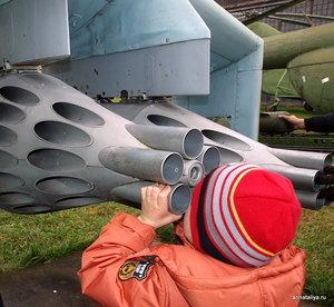 Юный авиатор рассматривает понравившуюся модель