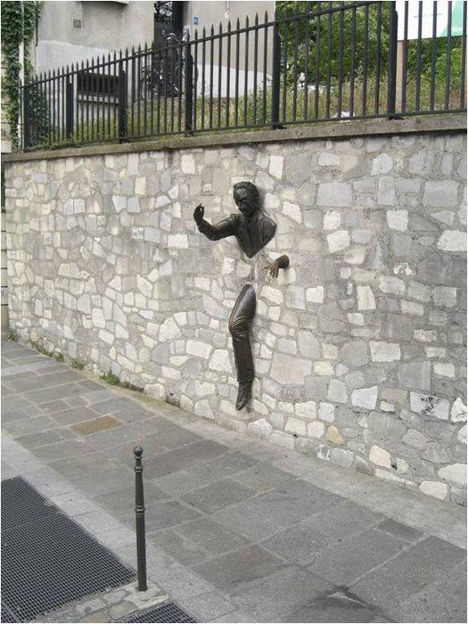 Человек, проходящий сквозь стену