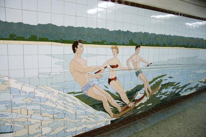 Вторая тема — счастливая мирная жизнь советских людей. Водные лыжи и мини-бикини 1979.