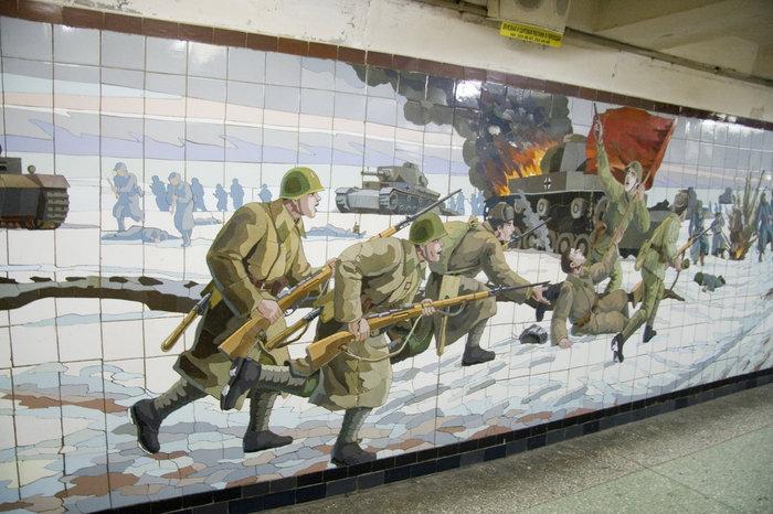 Контратака. Что интересно — лица советских солдат неплохо проработаны, все немецкие — без лиц.  Советские бойцы вооружены винтовками Мосина — удалось избегнуть штампа обязательного ППШ.