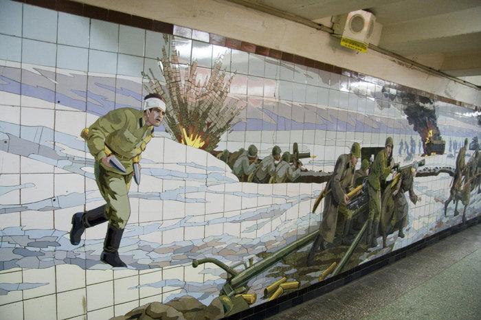 Следующая мозаика — кажется самая большая из ростовских. Она целиком занимает стену перехода и тянется наверное на десяток метров.  Начало. Раненный солдат подносит снаряды к пушке Зис-3.