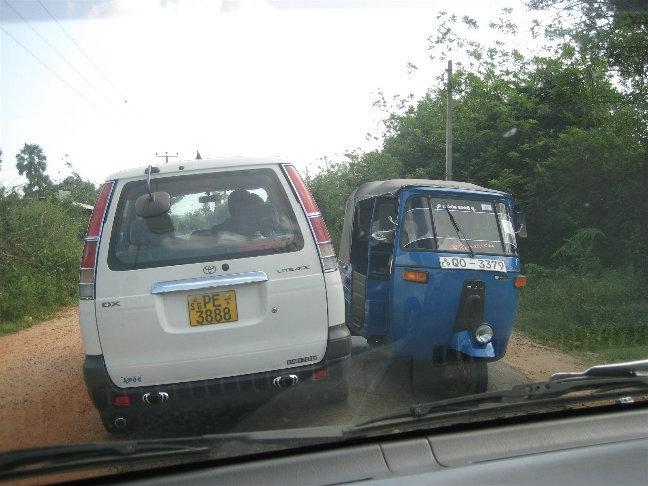 Дорога настолько узка, что машины разъезжаются с трудом