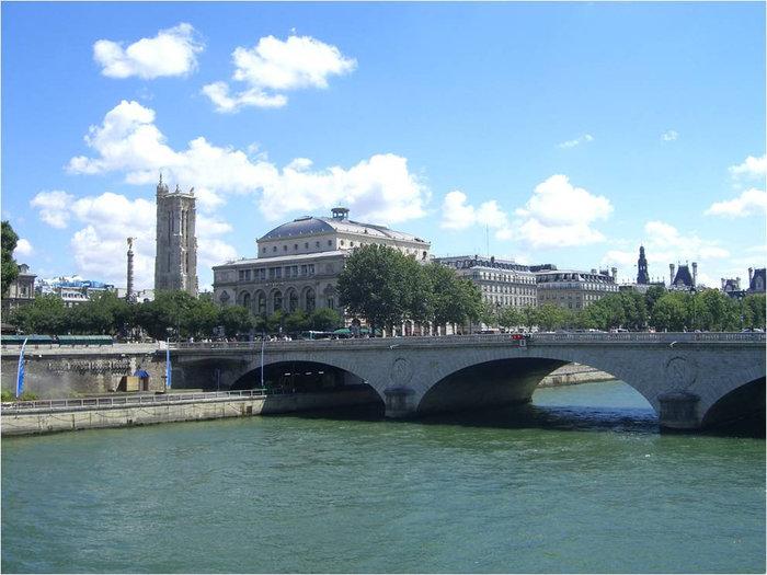 Башня Сен-Жан на дальнем плане