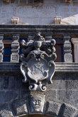Герб над входом в музей