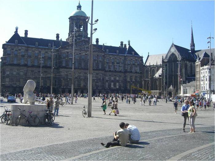 Ньивекерк расположена на фото справа. По центру-Королевский дворец