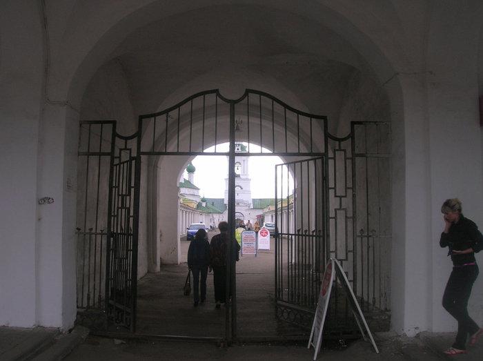 Красные ряды с цепковью. Вид через арку со стороны Сусанинской площади