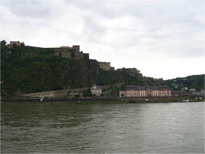 Вид на крепость с противоположного берега реки