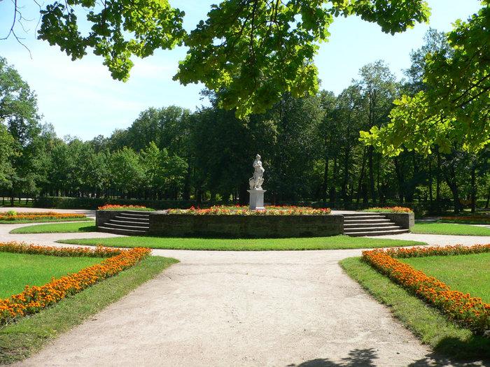 Нарядная дворцовая часть парка