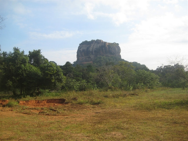Говорят, этот огромный камешек раскопали из обычной горы.