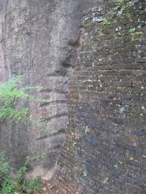 Здесь я впервые узнал, как построить что-либо на склоне горы. Вырубаете ступени нужного размера и строите стену/забор/прочее. Древние люди были совсем не глупы.