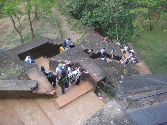 Современные туристы подобно нападающим взбираются по неудобным и крутым лестницам, сопровождаемые