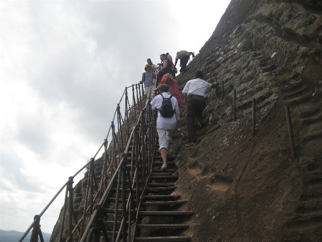Туристы преодолевают страх высоты