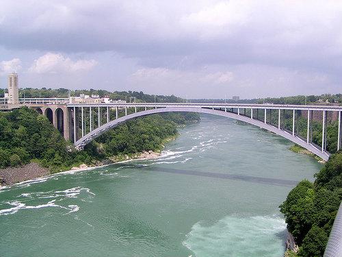 Радужный мост через реку Ниагару, между США и Канадой.Фото с сайта www.flickr.com