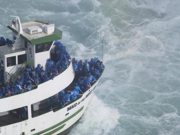 Экскурсионное судно везет под самый водопад. Фото с сайта www.flickr.com