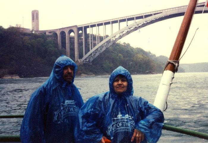 На экскурсионном судне под Радужным мостом. Вот такие плащи немного предохраняют от брызг.