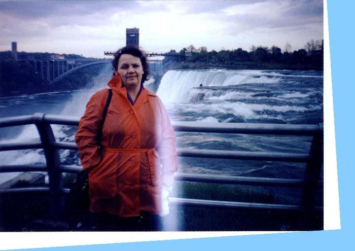 Снимок немного испорчен — слегка засветился. Это вид на водопад с боковой смотровой площадки.
