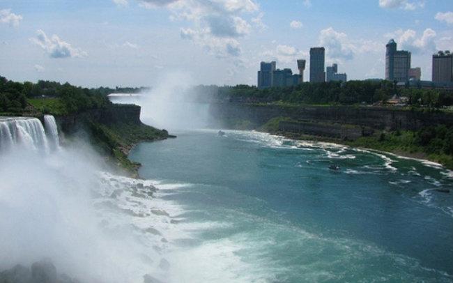 Вид на канадскую сторону со смотровой площадки.