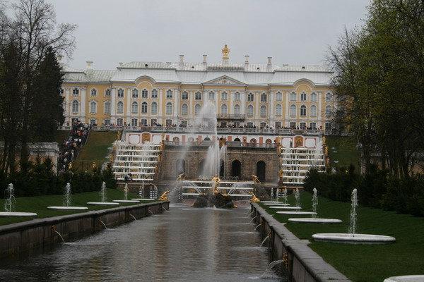 Большой дворец и каскад фонтанов со стороны моря