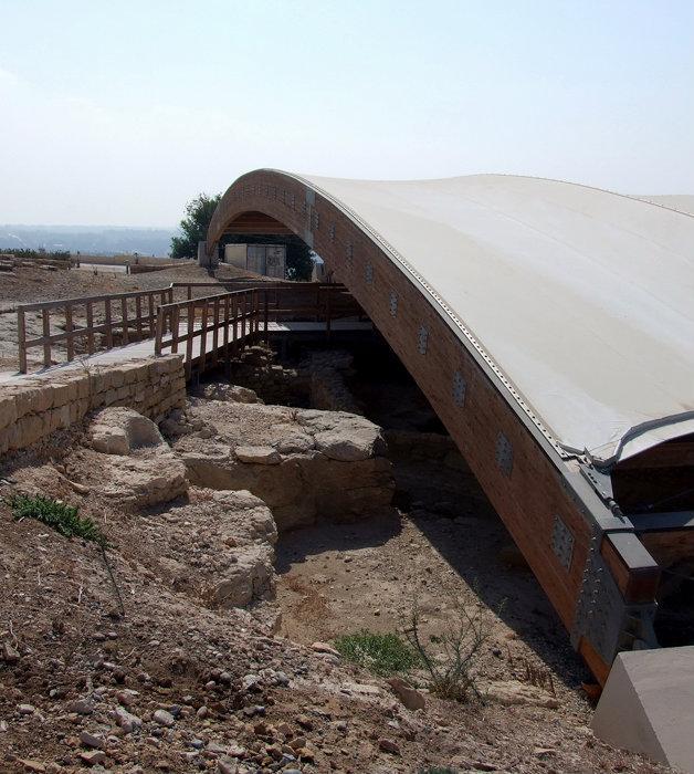 место археологических раскопок накрыто подобием шатра