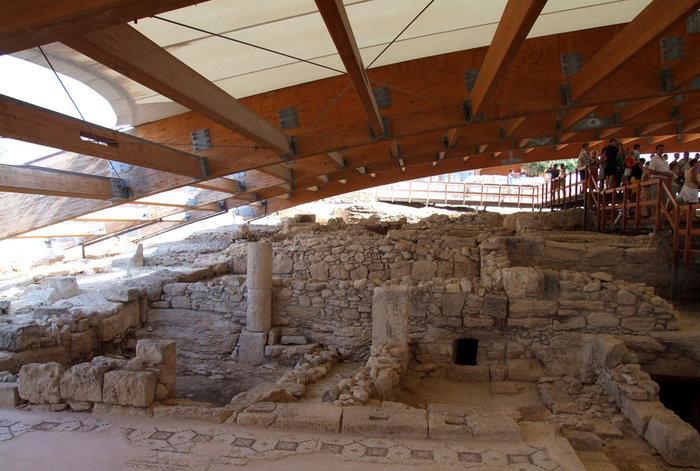 внутри шатра над раскопками сделаны мостики