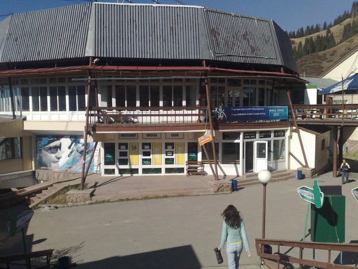 Ресторан Чимбулак и кассы по продаже билетов на канатную дорогу.