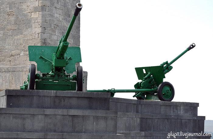 У основания стеллы установлены 76 миллиметровых орудия.
