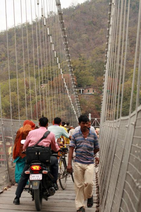 трафик на навесном мосту Рам-Джула