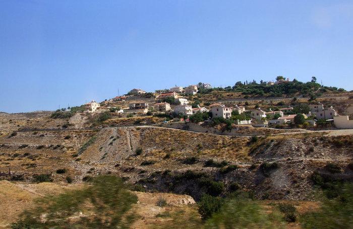 вид из автобуса — типичный пейзаж кипрского поселения
