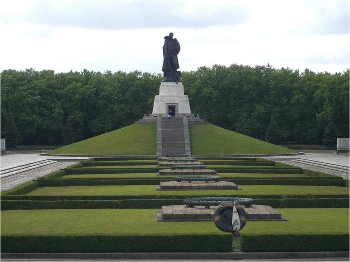 Вид на скульптуру советского воина