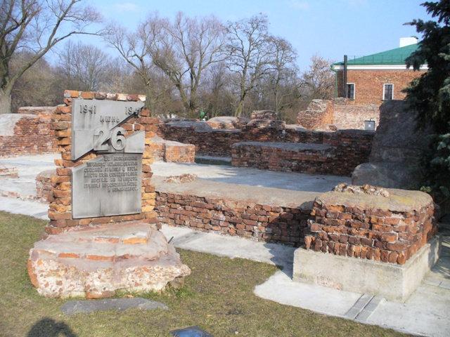 35. Руины рядом со зданием музея обороны Брестской крепости