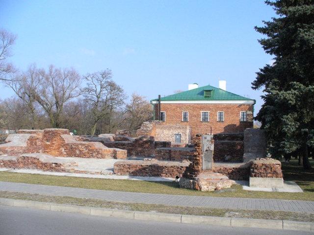 36. Руины рядом со зданием музея обороны брестской крепости