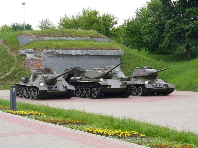 38. Танки. Слева направо: самоходная установка СУ-100, средний танк Т-34-85, средний танк Т-44