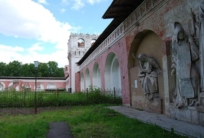 Внутренняя стена Донского монастыря, на которой расположены несколько сохранившихся горельфов с первого храма. Горельефы сделаны из плотного известняка, добытого в окрестностях Коломны.